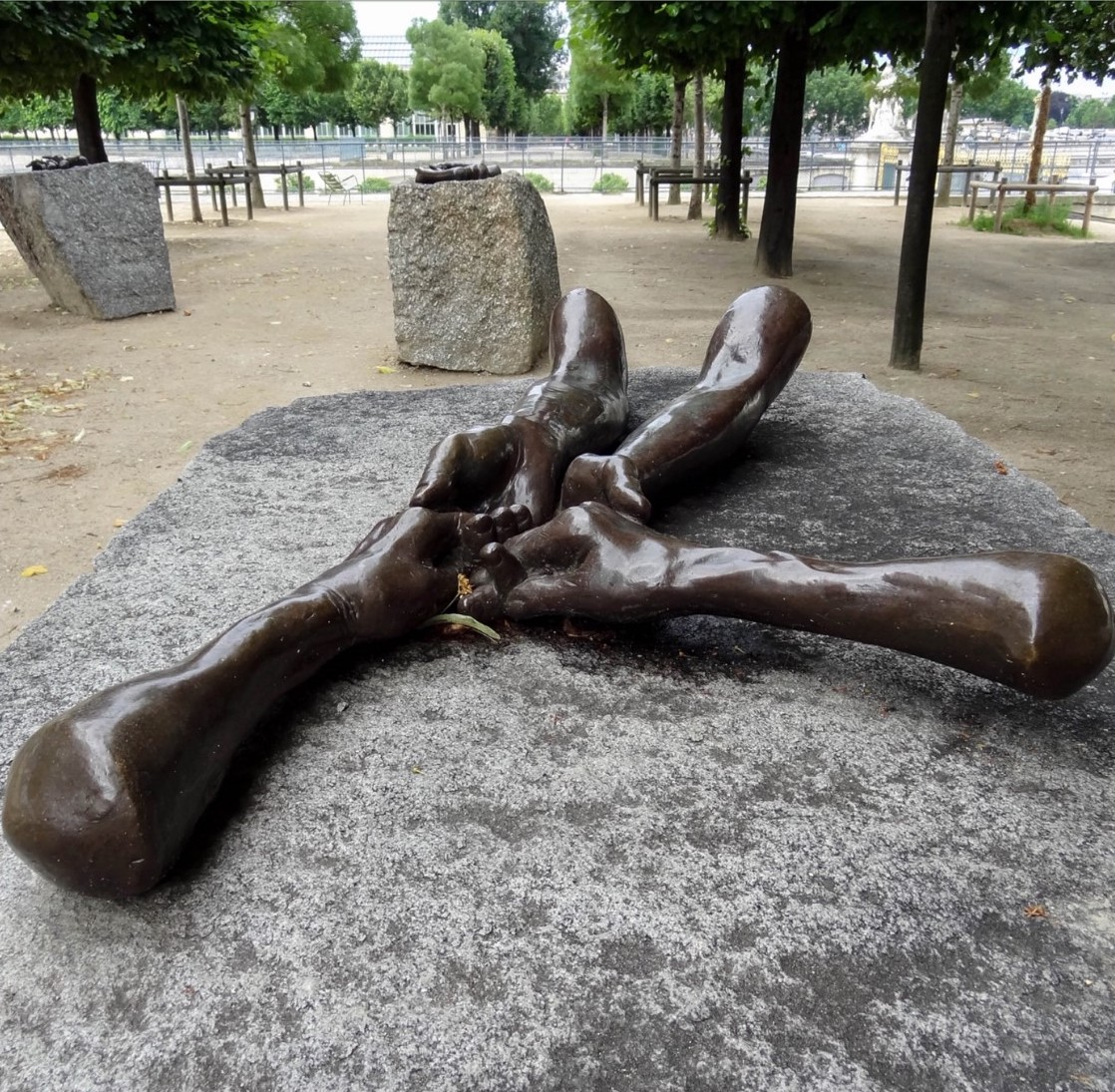 hatchikian-gallery-louise-bourgeois-francois-morellet-giuseppe-penone-focus-sur-3-oeuvres-contemporaines-installees-au-jardin-des-tuileries-blog